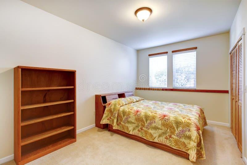 Warme eenvoudige slaapkamer met houten meubilair royalty-vrije stock foto