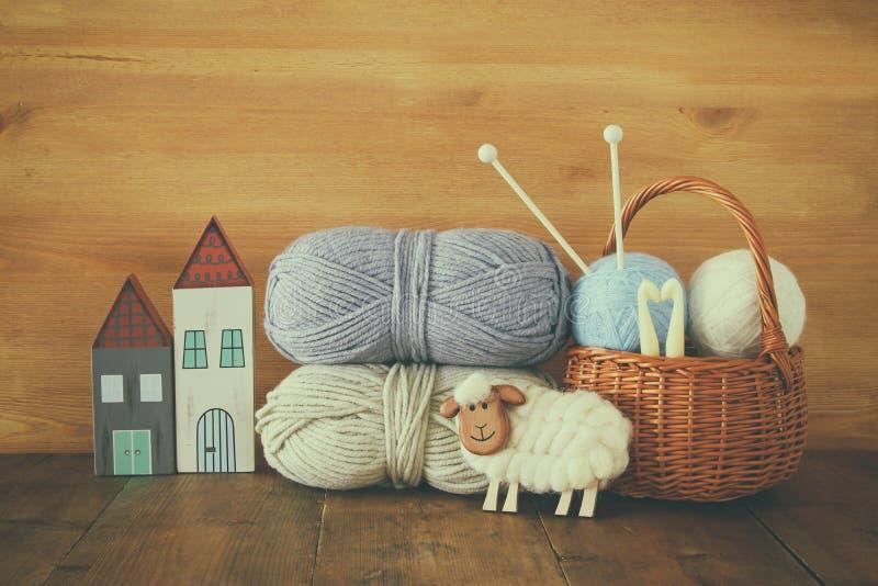 Warme en comfortabele garenballen van wol op houten lijst royalty-vrije stock foto
