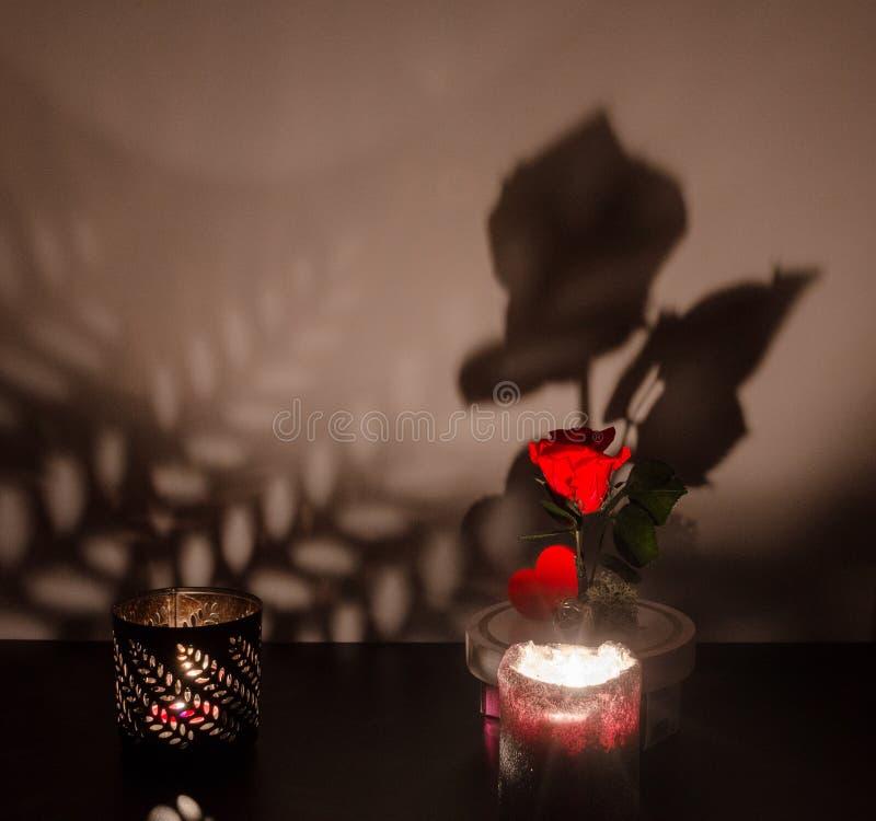Warme en het ontspannen atmosfeer door kaarslicht met een donkere achtergrond stock afbeeldingen