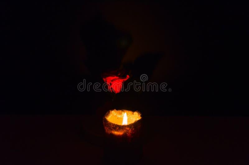 Warme en het ontspannen atmosfeer door kaarslicht met een donkere achtergrond royalty-vrije stock afbeeldingen