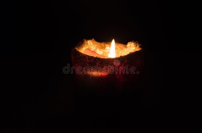Warme en het ontspannen atmosfeer door kaarslicht met een donkere achtergrond stock foto's