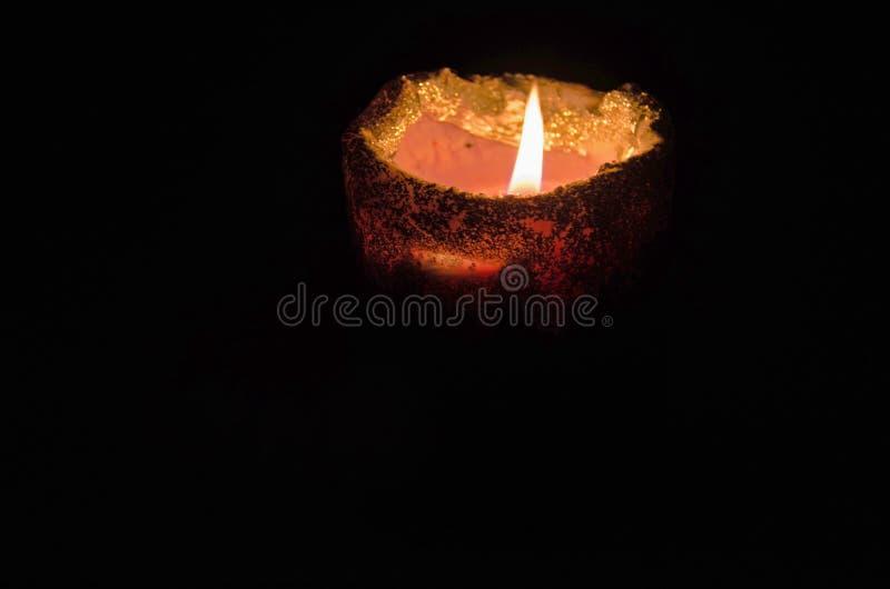 Warme en het ontspannen atmosfeer door kaarslicht met een donkere achtergrond stock fotografie