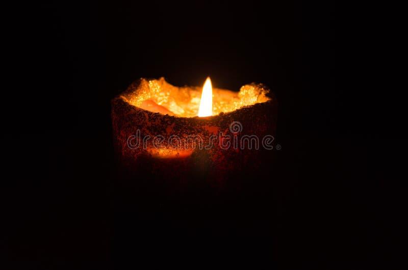 Warme en het ontspannen atmosfeer door kaarslicht met een donkere achtergrond royalty-vrije stock foto's