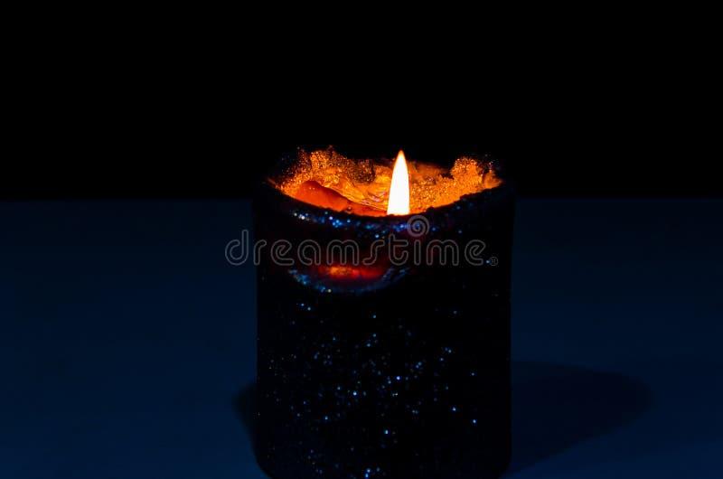 Warme en het ontspannen atmosfeer door kaarslicht met een donkere achtergrond royalty-vrije stock afbeelding