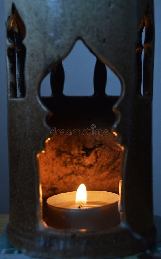 Warme Flammen in unserer Kerze stockbilder