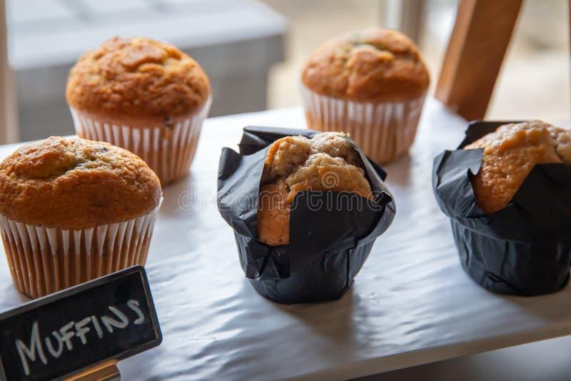 Warme Frühstücksmuffins auf Anzeige lizenzfreie stockbilder