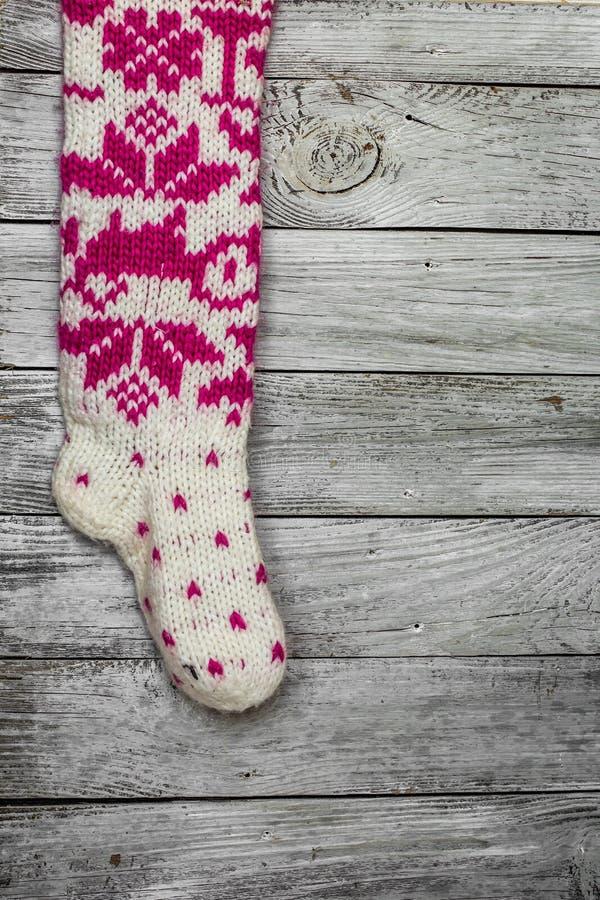 Warme gebreide Kerstmissokken met mooi patroon stock foto's