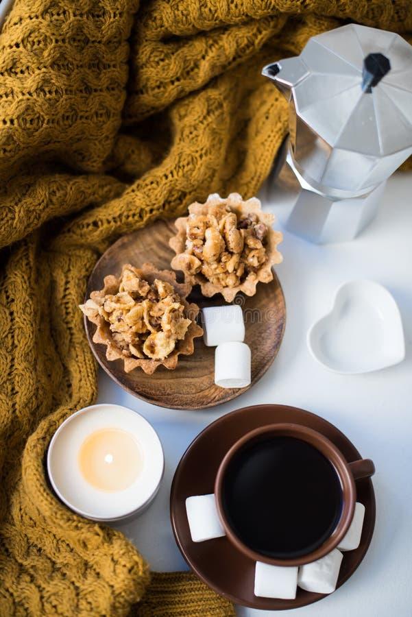 Warme Hauptanordnung auf Fensterbrett, Kaffee und Plätzchen mit Dose lizenzfreies stockfoto
