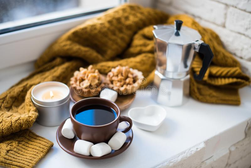 Warme Hauptanordnung auf Fensterbrett, Kaffee und Plätzchen mit Dose stockfotografie