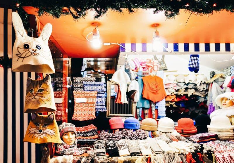 Warme hoeden, vuisthandschoenen, handschoenen en sokken bij één van de boxen bij de markt van straatkerstmis in de winter Riga  stock afbeeldingen