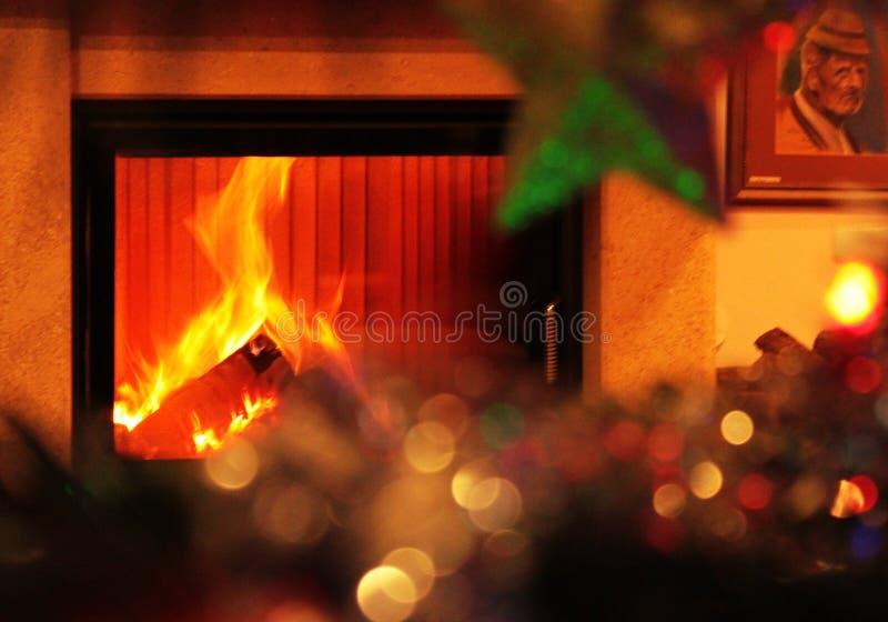 Warme Kerstmisscène met open haard stock fotografie