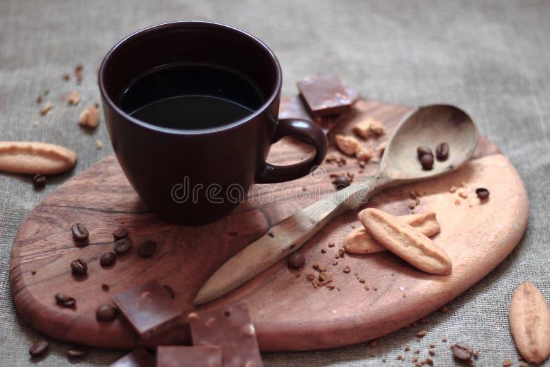 Warme kop van caffee op bruine achtergrond royalty-vrije stock fotografie
