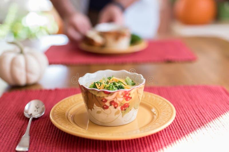 Warme kop van soep voor lunch stock foto's