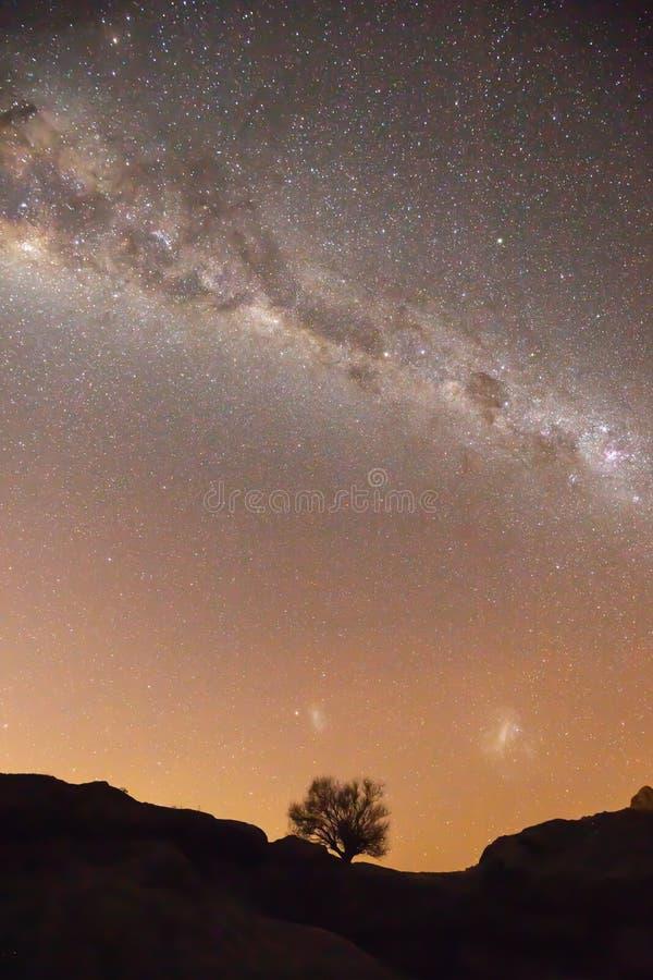 Warme Milchstraße und heller Sternnächtlicher himmel über Patagonia stockbilder