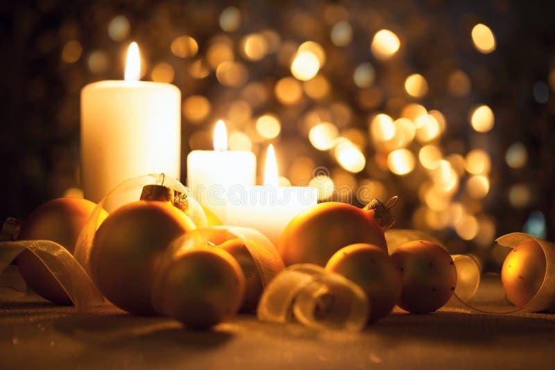 Warme Nachtweihnachtsdekorationen auf magischem bokeh Hintergrund lizenzfreies stockbild
