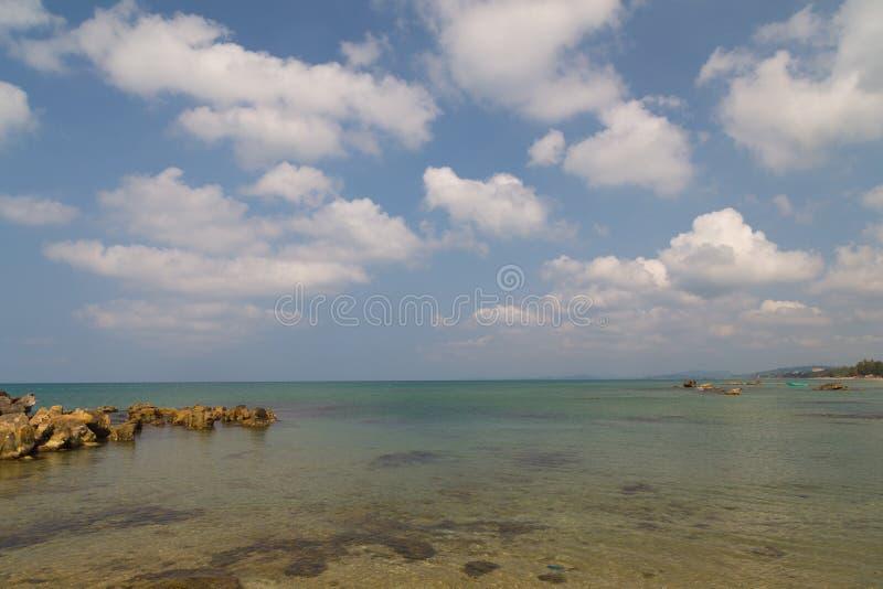 Download Warme Overzees En Grote Donkere Stenen Stock Foto - Afbeelding bestaande uit plaatsen, geschiktheid: 39100944