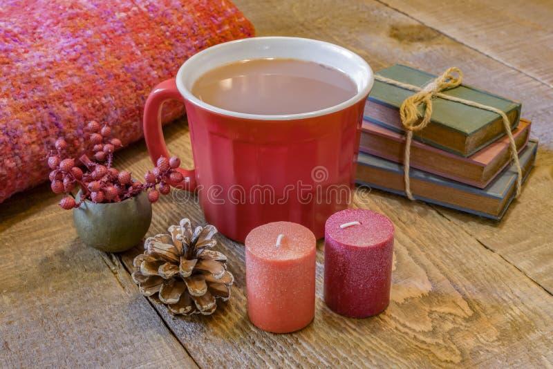 Warme rode mok hete chocolade op rustieke houten lijst, comfortabele autum stock foto