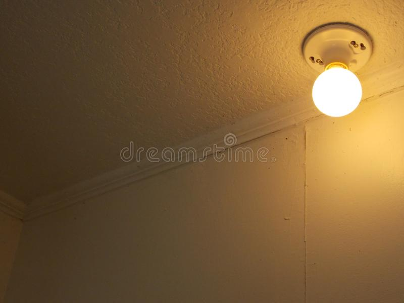 Warme runde Glühlampe auf manilla lizenzfreies stockbild