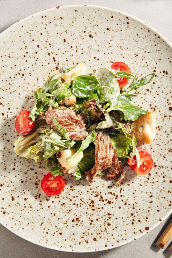 Warme salade met kalfsvlees en porcinipaddestoelen in roomsaus stock fotografie