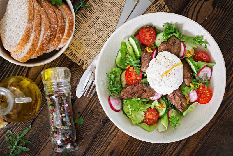 Warme salade van kippenlever, radijs, komkommer, tomaat stock fotografie