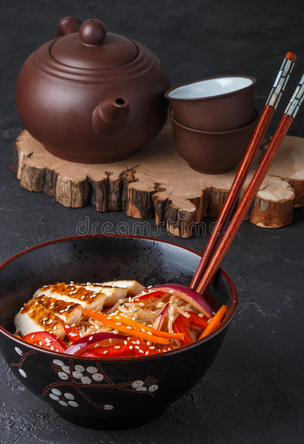 Warme salade van rijstnoedels met verse groenten en gebraden kip royalty-vrije stock foto