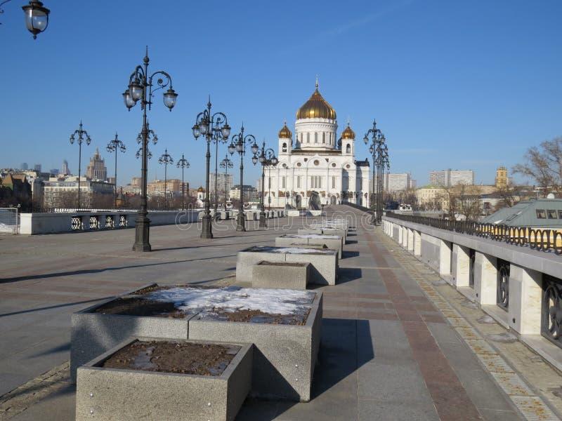 Warme stemming van de koude winter op de Patriarchale brug in Moskou dichtbij Christus de Verlosserkathedraal royalty-vrije stock foto