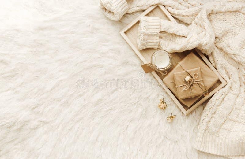 Warme sweater, droge bloemen bij witte achtergrond royalty-vrije stock foto's