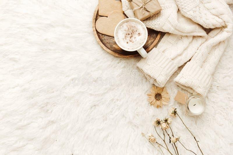 Warme sweater, koffie en droge bloemen bij witte achtergrond royalty-vrije stock afbeeldingen
