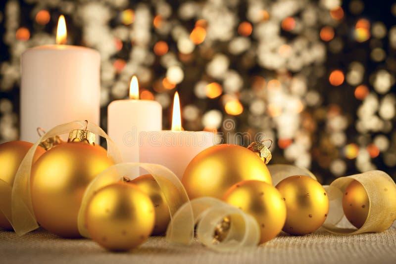 Warme Weihnachtsdekoration auf Funkeln bokeh Hintergrund lizenzfreie stockfotografie