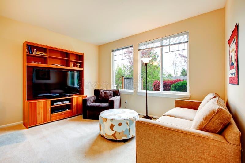 Warme woonkamer met TV stock foto. Afbeelding bestaande uit ...