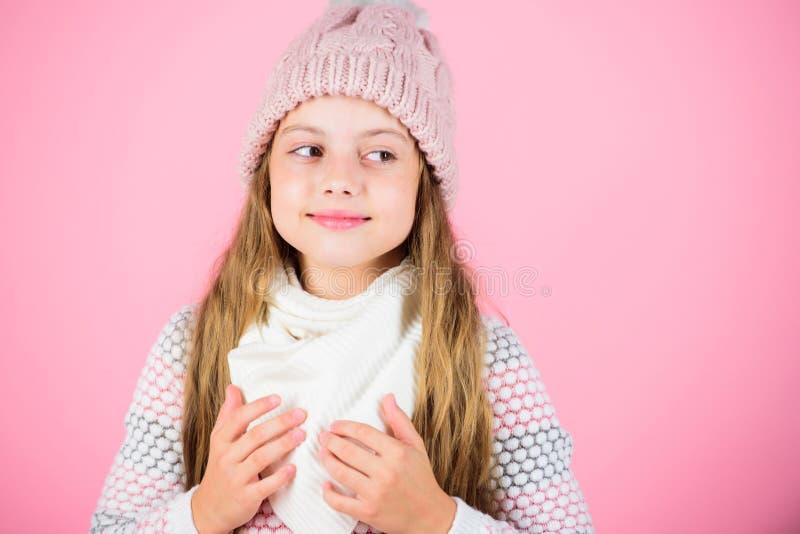 Warme Zusätze, die Sie gemütlicher Winter halten Warmer woolen Hut des Kinderlangen Haares warmes und Weichheit genießen Kindermä stockbild
