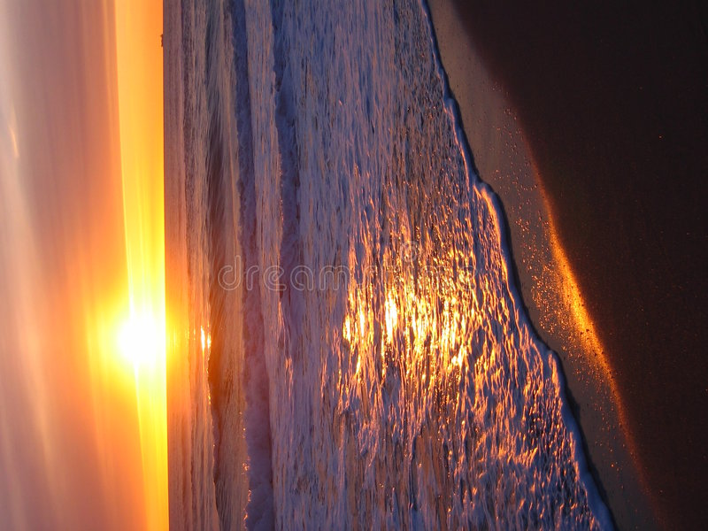 Warmer gelber Sonnenuntergang stockfoto