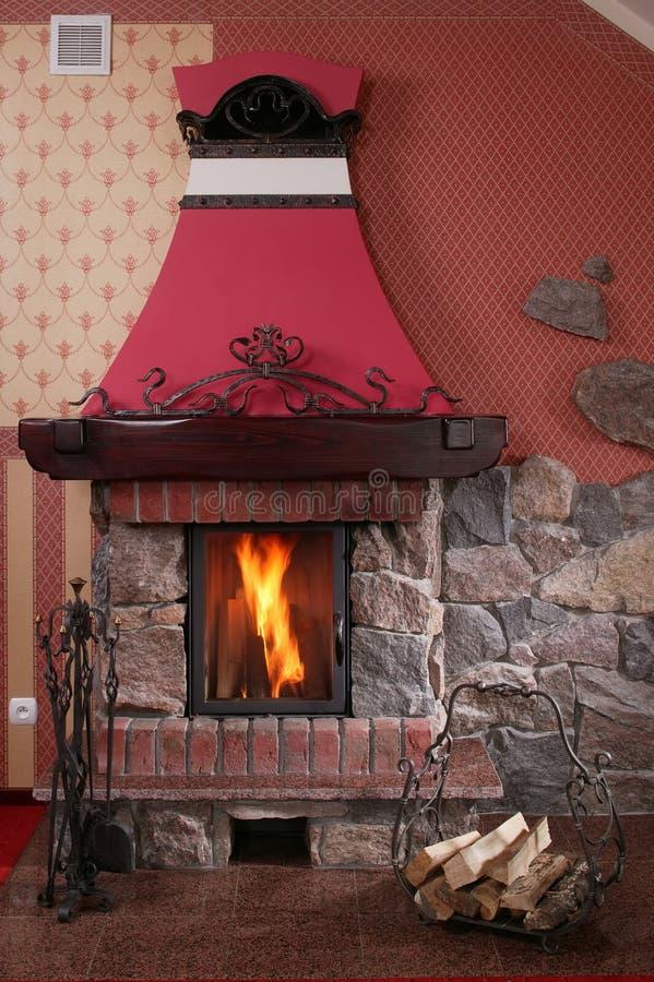 Warmer, gemütlicher Kamin stockfoto