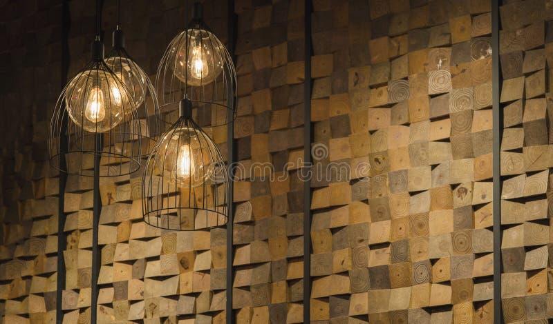 Warmer heller Rohr- und Holzwandinnenraum lizenzfreie stockfotografie