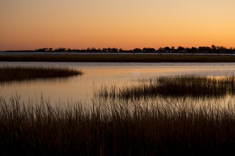 Warmer Himmel über einem Sumpf an Milford-Punkt, Connecticut lizenzfreie stockfotos