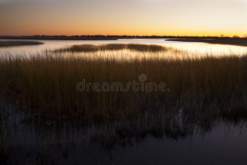 Warmer Himmel über einem Sumpf an Milford-Punkt, Connecticut stockfotos