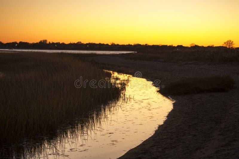 Warmer Himmel über einem Sumpf an Milford-Punkt, Connecticut lizenzfreie stockfotografie