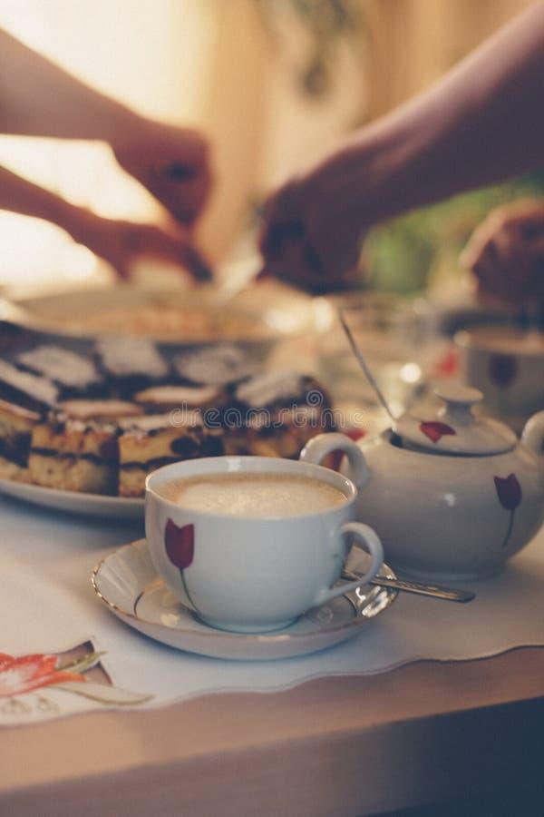 Warmer Kaffee in einer Schale und in einem Kuchen auf dem Tisch Retro- stilisiertes Foto stockbilder