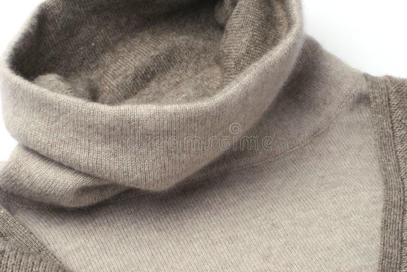Warmer kakifarbiger Kaschmirpulloverkragen stockfotografie