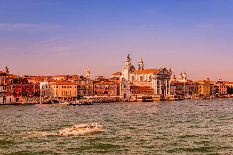 Warmer rötlicher Sonnenuntergang über überraschendem venetianischem großartigem Kanal, Venedig, Italien, Sommerzeit stockfotografie