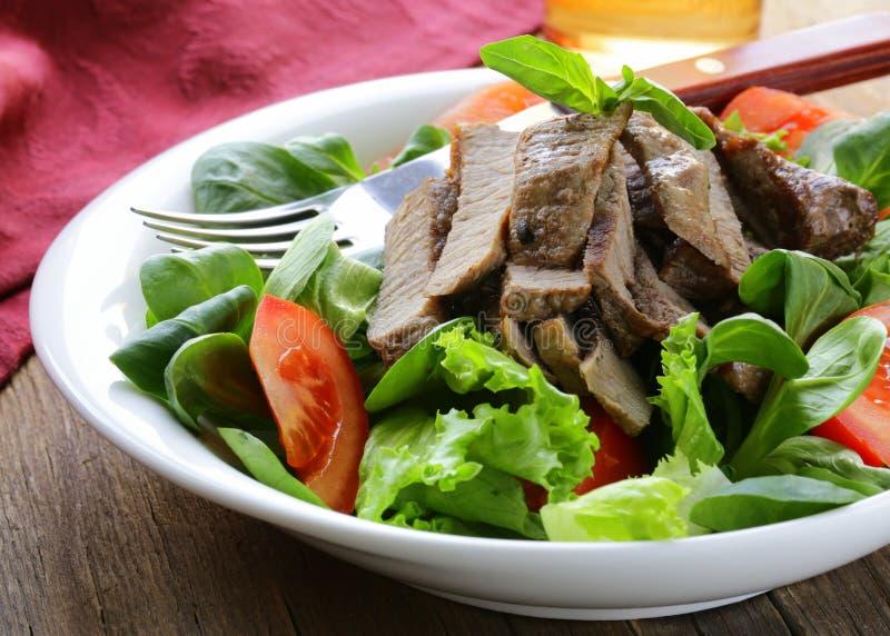 Warmer Salat mit gegrilltem Fleisch stockbilder