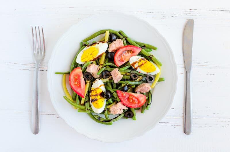 Warmer Salat mit grünen Bohnen, Thunfisch, Tomaten und gekochten Eiern lizenzfreie stockbilder