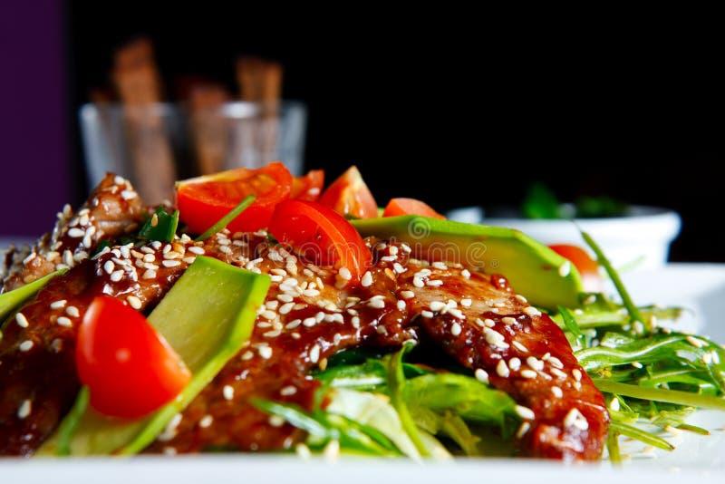 Warmer Salat mit Kalbfleisch stockfotografie