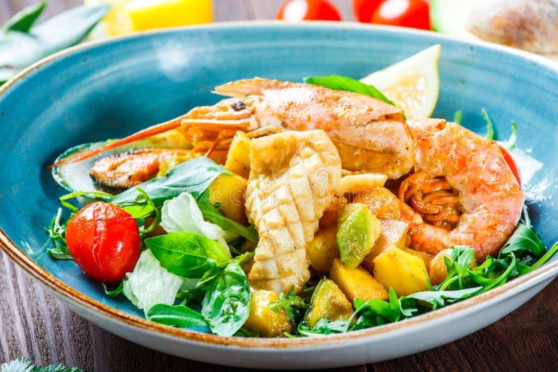 Warmer Salat mit Meeresfrüchten, Langoustine, Miesmuscheln, Garnelen, Kalmar, s lizenzfreie stockfotografie