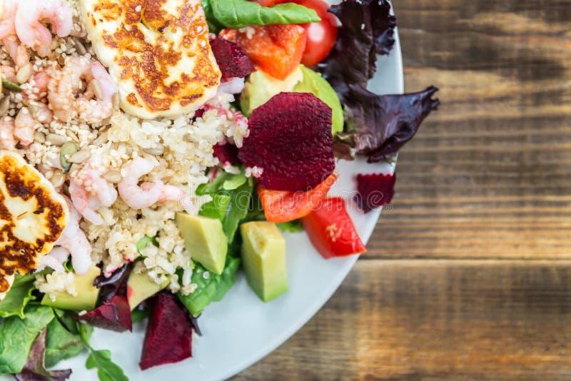Warmer Salat vom Naturreis, von der Quinoa, von den Garnelen, von Halloumi und von Veg stockfoto