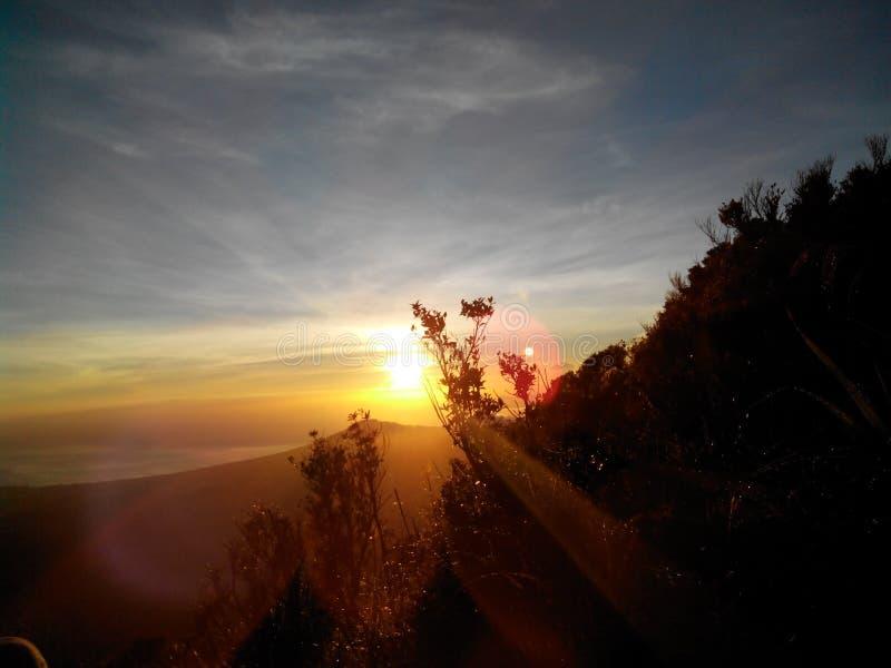 Warmer Sonnenaufgang auf Klabat-Berg, Nord-Sulawesi - Indonesien stockfoto