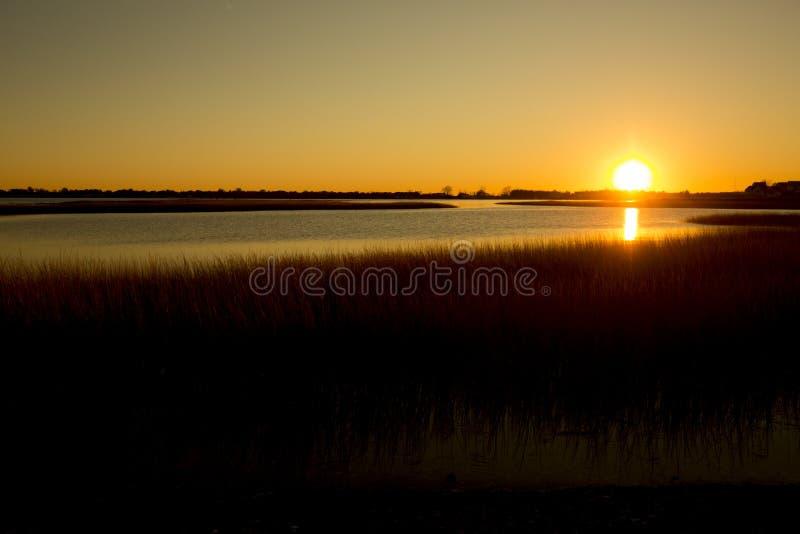Warmer Sonnenuntergang über dem Sumpf an Milford-Punkt, Connecticut lizenzfreies stockfoto