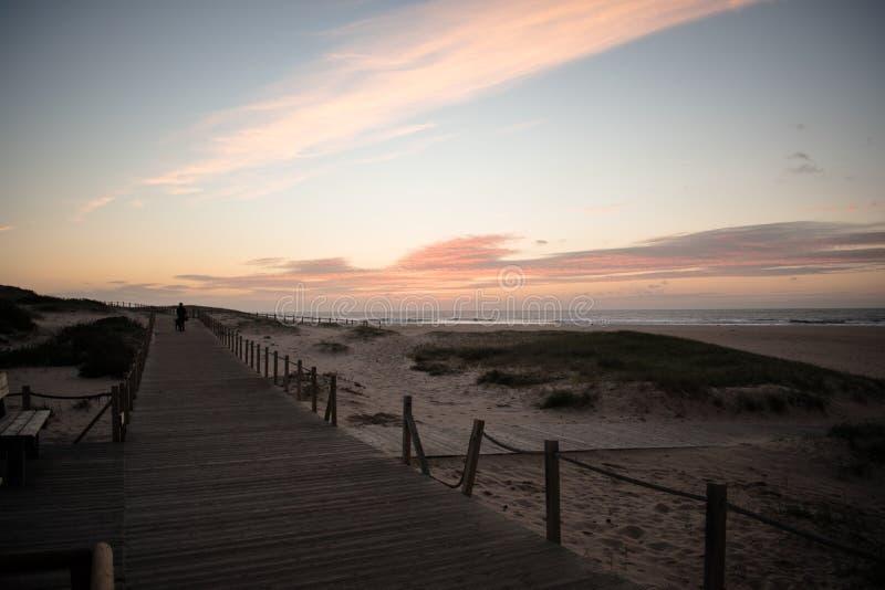 Warmer Sonnenuntergang im westcoast, Portugal lizenzfreie stockfotos