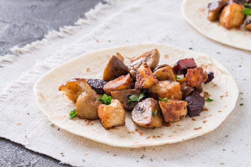 Warmer Taco mit gegrillten Pilzen, spanische würzige Wurstchorizo, mexikanische Tortillas, zypriotisches Käse halloumi lizenzfreies stockbild