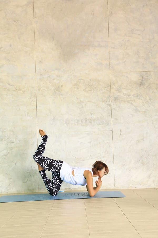 Warmer Ton der Frau Yoga tuend stockbild